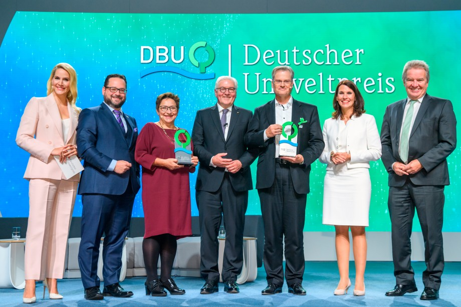 Joint joy about the German Environmental Award (from left): Moderator Judith Rakers, DBU Secretary General Alexander Bonde, award winner Prof. Dr. Ingrid Kögel-Knabner, German President Frank-Walter Steinmeier, award winner Reinhard Schneider, DBU Board of Trustees Chairman Rita Schwarzelühr-Sutter and Baden-Württemberg Environment Minister Franz Untersteller. © DBU/Peter Himsel
